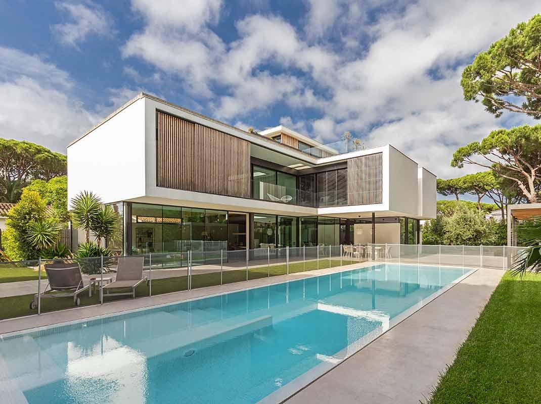 Una vivienda situada junto al mar que destaca por su luminosidad, su frescura y el estilo de vida mediterráneo