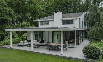 Una exuberante villa sostenible en mitad del bosque neerlandés