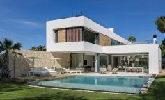 Villa Twelve, geometría sencilla y espacios limpios en un estilo mediterráneo