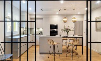Un piso de los años 60 convertido en un hogar funcional, chic y contemproáneo