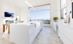 Reforma de una cocina en blanco impoluto con vistas a Girona