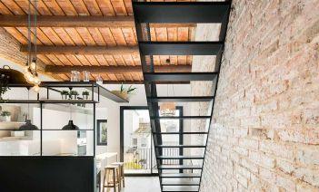 Dos viviendas reformadas en Badalona bajo un estilo moderno, elegante e industrial