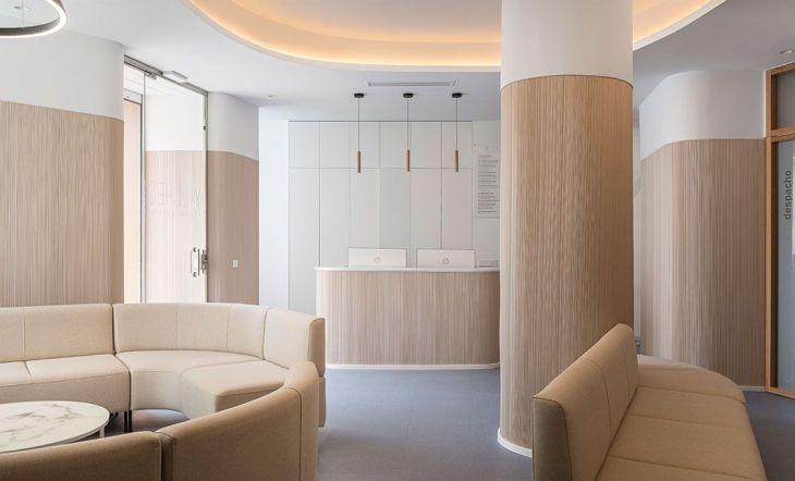Curvas, tonos nude y serenidad en la reforma de una clínica dental en Sevilla