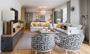 Reforma de un piso familiar con espacios diáfanos y colores neutros en el centro de Sevilla