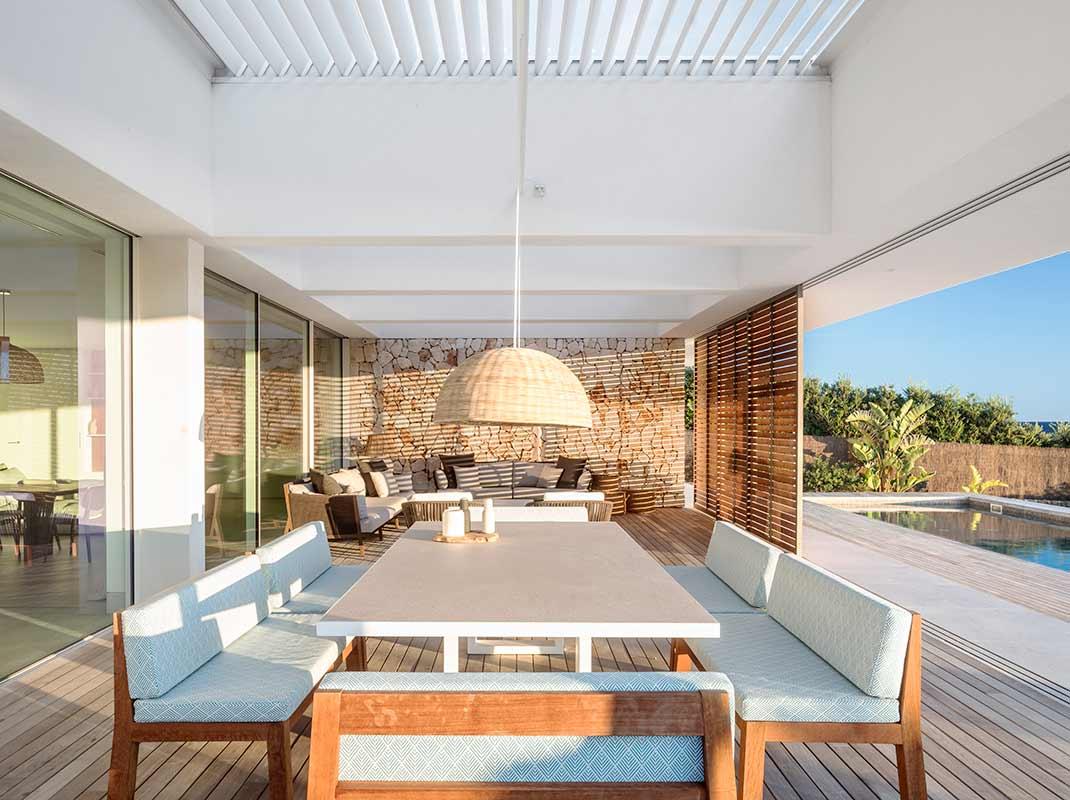 El diseño moderno y mediterráneo de 'Casa M' una primera residencia junto a la costa menorquina