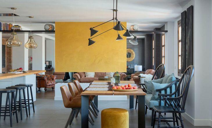Un local industrial convertido en un hogar acogedor y cálido en Málaga