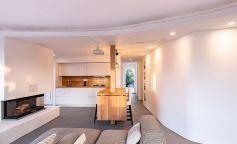 Líneas curvas y minimalismo en una vivienda de la Costa Esmeralda