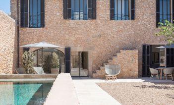 Arte, modernidad y tradición local en la reforma de una vivienda en el interior de Mallorca
