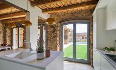 Entre lo rural y lo cosmopolita: así luce el diseño de esta vivienda del Baix Empordà
