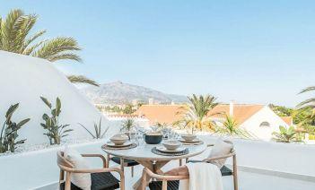 Inversión inmobiliaria de una vivienda de Marbella con tonos neutros y vistas espectaculares