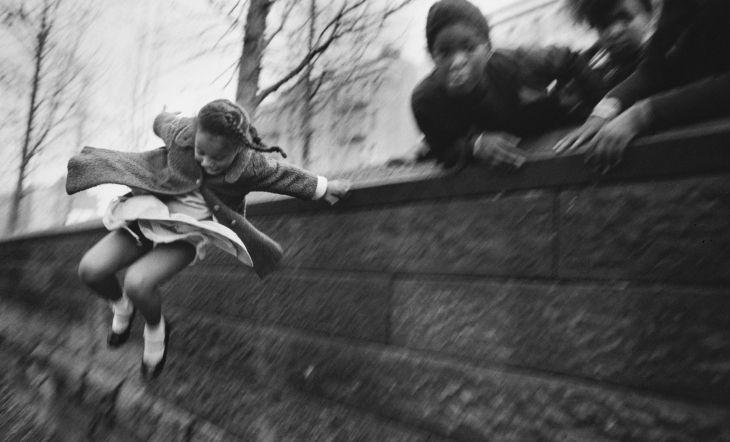 Niña saltando un muro.  Central Park, Nueva York, Estados Unidos, 1967  © Mary Ellen Mark