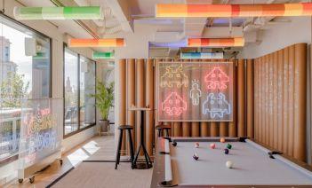Estilo divertido y a todo color en las nuevas oficinas de Xcelirate en Barcelona