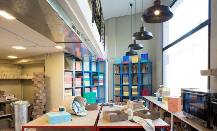 El estilo industrial más colorista en la nueva flagship de 'Matías Buenos días' en Barcelona