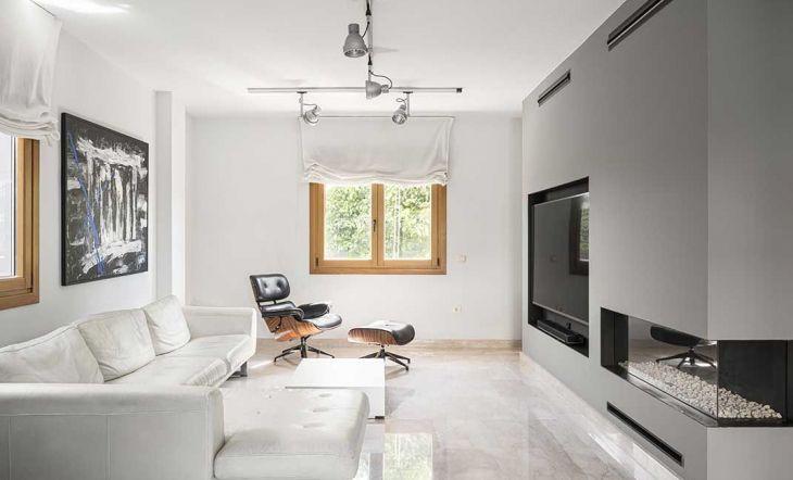 Una gran estancia diáfana ilumina el centro de esta vivienda sevillana