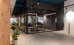 Estilo vanguardista y natural en las oficinas de una empresa tecnológica