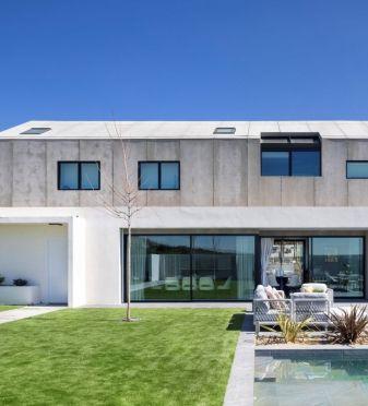 Naturaleza y formas industriales en una casa unifamiliar a las afueras de Madrid
