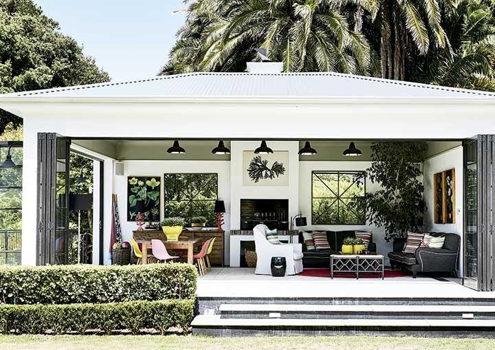 """Al igual que en los amplios patios y terrazas típicos de Durban y Johannesburgo, esta """"habitación al aire libre"""", que fue añadida a la casa durante la reforma, incluye una zona de comedor y una de descanso."""
