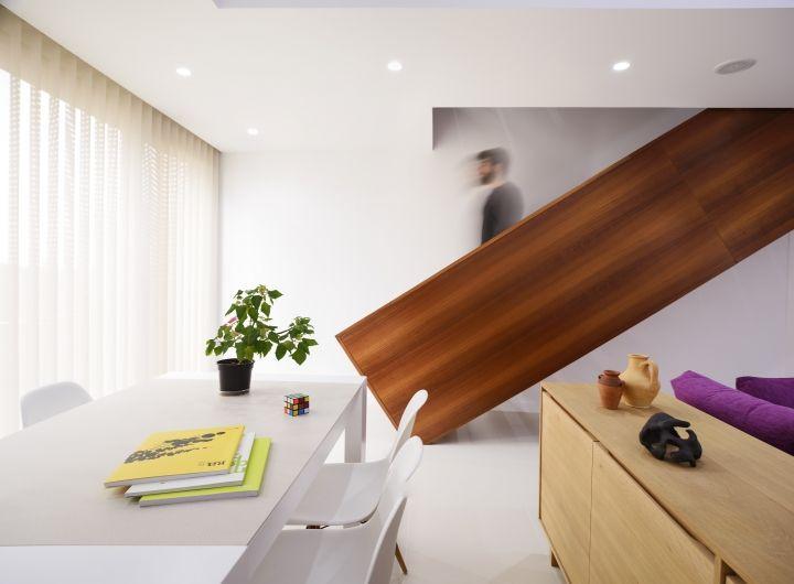 Escaleras de madera y espacios a doble altura para el interior de las viviendas.