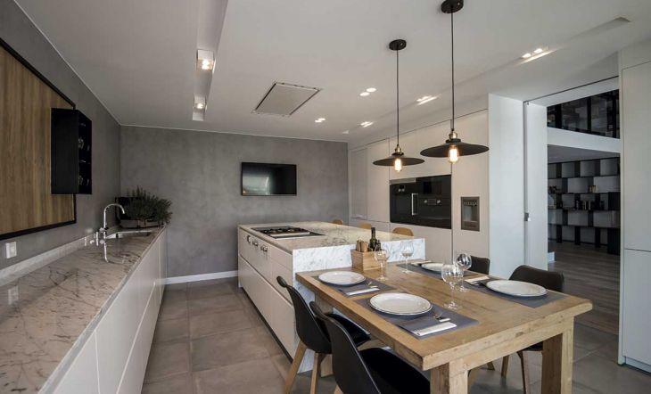 Cocina blanca con isla diseño de Santos