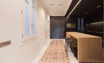 Reforma YLAB Arquitectos Barcelona cocina suelo hidraulico