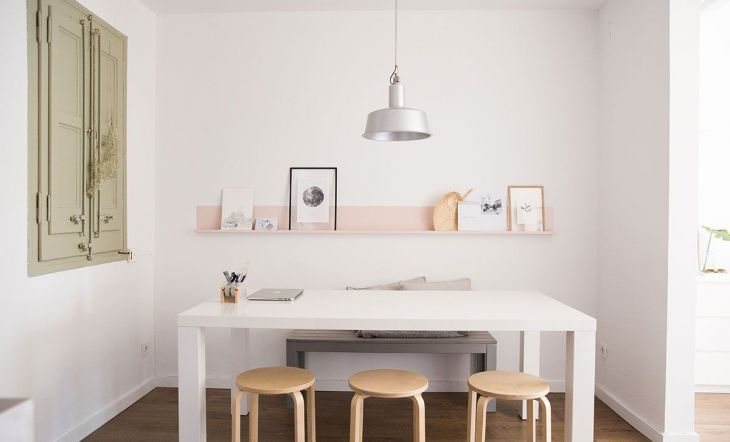 La mesa y los taburetes son de Ikea. Las estanterías, de Ferro Bcn. Los cuadros y pósters de Desenio y The Hanging Plants.