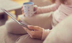 mujer leyendo ipad