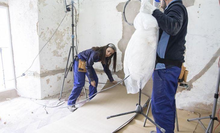 Los concursantes protegieron los suelos para rehabilitar las paredes con mortero. La pareja sevillana y Qrro, que desconocían la técnica para extenderlo, pidieron ayuda a Iván.