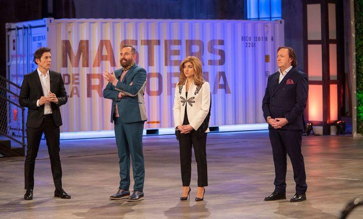 Manuel Fuentes, presentador del programa, junto al jurado: Pepe Leal, Carolina Castedo y Tomás Alía
