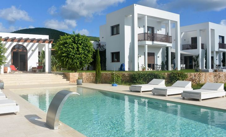 Esta estupenda villa Feng-Shui, única en la isla de Ibiza, fue construida en 2012 ycuenta con 549 m² construidos sobre 25.000 m² de terreno. Posee una impresionante piscina de 70 m² con agua salina, una pista de tenis y un garaje subterráneo con una superficie de más de 150 m².La villa situada entre el mar y la montaña goza de un entorno natural extraordinario y exclusivo.  Referencia fotocasa.es:150383200