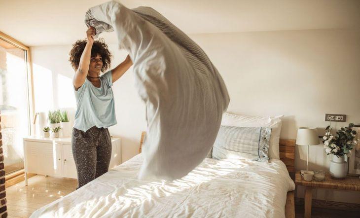 Lavar las sábanas de la cama