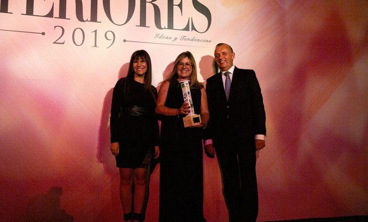 Jordi García, director comercial de Nofer, y Silvia Tous, responsable de prescripción de Nofer, recogieron el Premio a la Mejor Innovación Tecnológica. La actriz Mónica Regueiro fue la encargada de entregarles el trofeo.