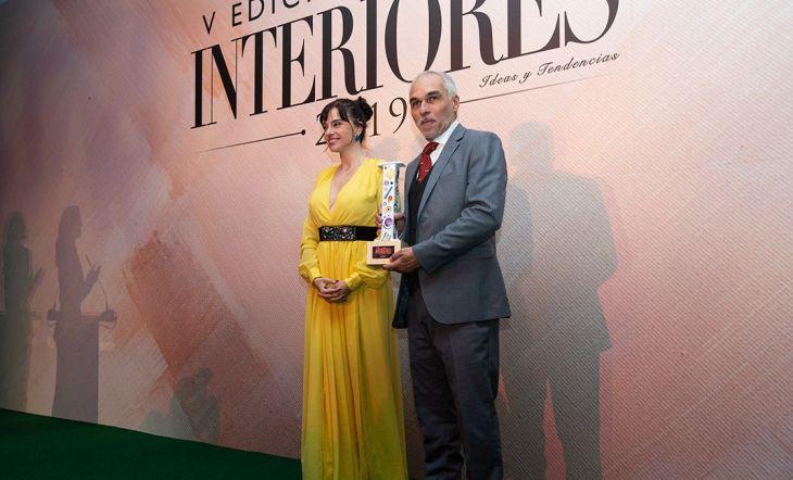 Claudio Cid, director general de Kaymanta, recogió el Premio a mejor Alfombra del Año de manos de la actriz Beatriz Rico.