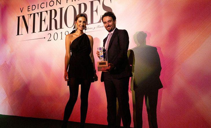 Jordi Manrique, Director de Comunicación para España y Portugal de Signify, recogió el Premio a la mejor Iluminación del Año. Se lo entregó Mónica de Tomás, modelo.