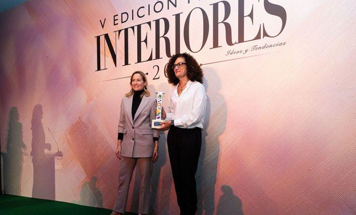 Anna García, directora de marketing de Smeg, recogió el premio a Mejor Diseño de Pequeño Electrodoméstico del Año. Le acompañóen el escenario la blogger Fiona Ferrer.