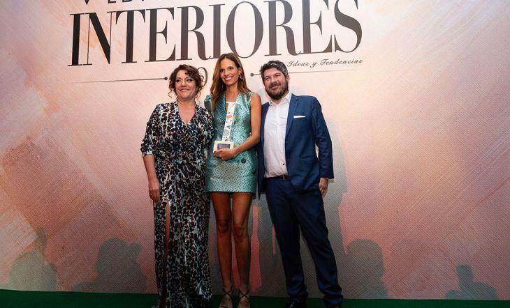 Míriam Alía, ganadora a la Mejor Interiorista del Año, recogió su premio de la mano de Pilar Civis, directora de Interiores y Pedro Vargas,director proyectos internacionales del foro Marcas RenombradasEspañolas.