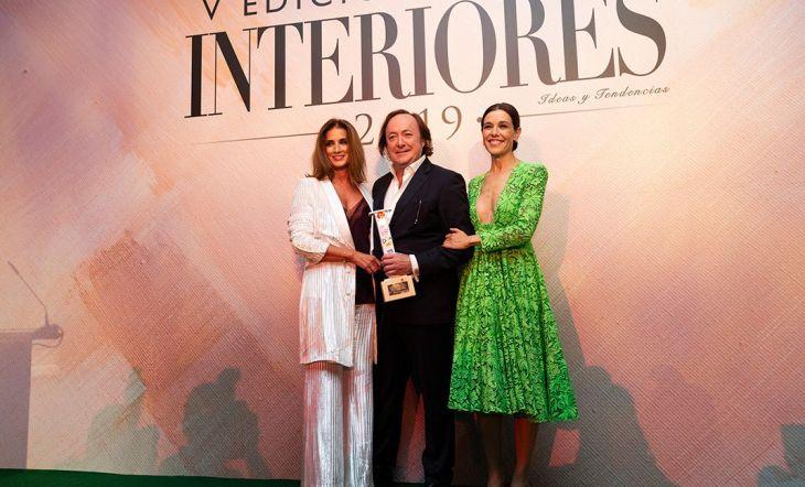Tomás Alía, ganador del premio a mejor trayectoria nacional, junto con la presentadora Raquel Sánchez Silva y Macaraena Rey, CEO de Shine Iberia.