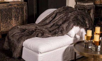 Mantas y cojines de piel vegana, la alternativa eco del diseño de interiores