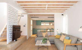Frescor, color y olor a mar en una casa con vistas idílicas al Mediterráneo